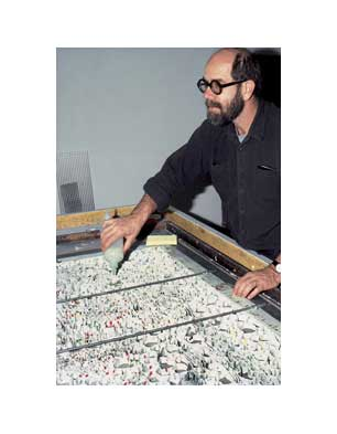 Chuck Close injecting paper pulp into grid, 1984 (Photo by John Back)